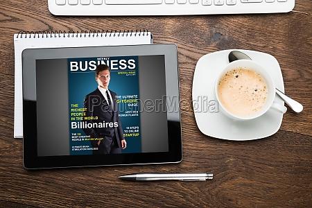 tableta digital mostrando portada de la