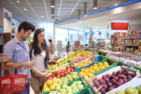 pareja compras supermercado