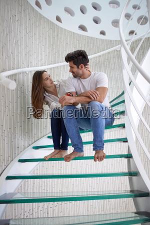 pareja relajada en las escaleras de