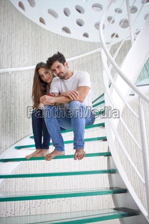 relajado pareja yung en casa escaleras