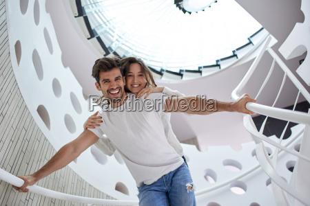 relajada pareja yung en las escaleras