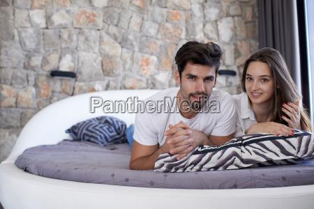 pareja relajarse y divertirse en la