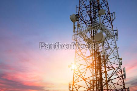 antena parabolica red de telecomunicaciones en
