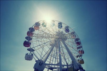 rueda de ferris sobre el cielo
