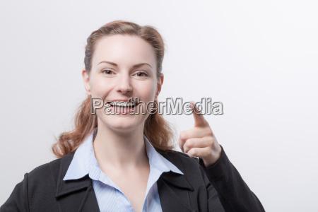 joven mujer en blazer muestra su