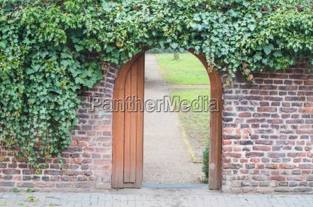 puerta de entrada en una pared