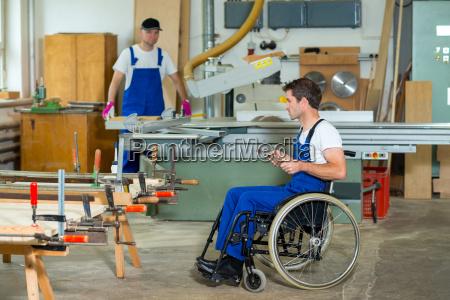 trabajador en la silla de ruedas
