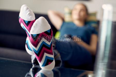 mujer con los pies en el