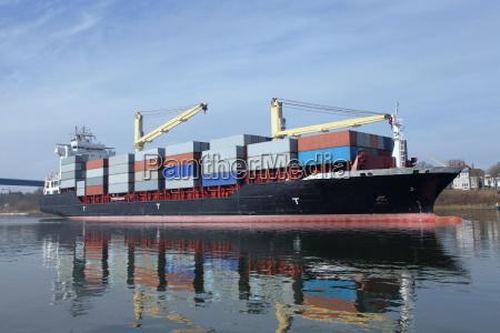 buque cargado de contenedores en el