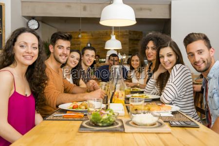 amigos que almuerzan en el restaurante