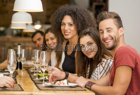 amigos almorcando en el restaurante