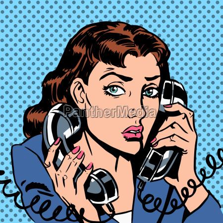 miercoles chica en dos telefonos corriendo