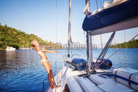 mujer alegre en velero