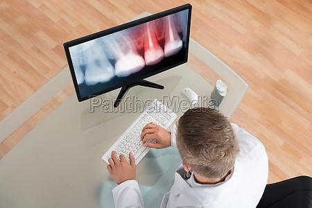 dentista mirando rayos x en el