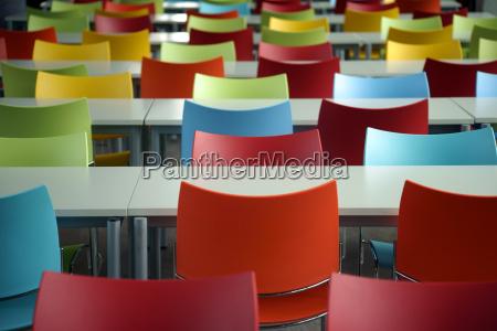 bancos con sillas de colores