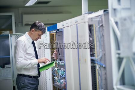 ingeniero de redes que trabajan en