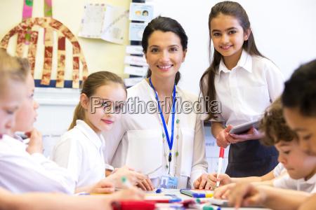 profesor feliz en la escuela