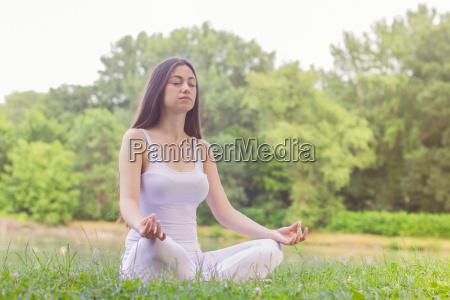 yoga mujer meditando relajante estilo de