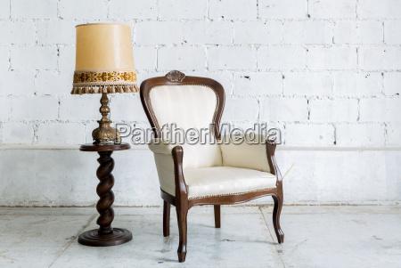 silla retro blanca con lampara