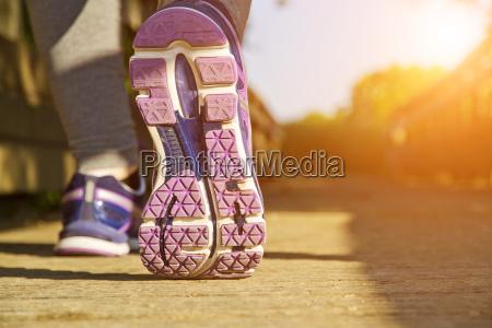 mujer corriendo en un campo