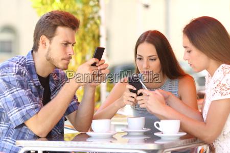 grupo de amigos adictos al telefono