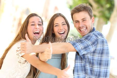 tres adolescentes felices riendo con los