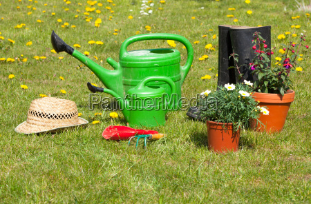 herramientas de jardin y sombrero de