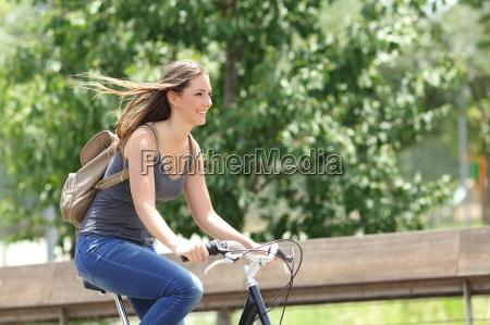 ciclista mujer montando bicicleta en un
