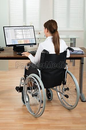 arquitecto en silla de ruedas mirando