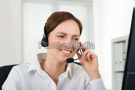 operador femenino con auriculares