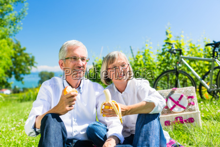 el hombre mayor y la mujer
