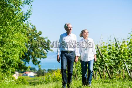 senior kvinde og mand pa tur