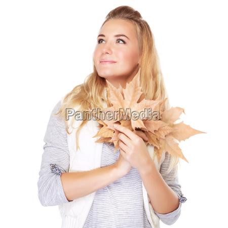 muchacha sonyadora con hojas secas