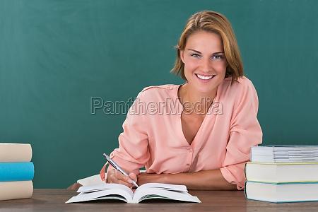 profesor femenino que estudia en el