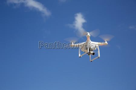 avion no tripulado vuela contra el