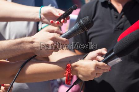 entrevista microfono radiodifusion periodista discurso