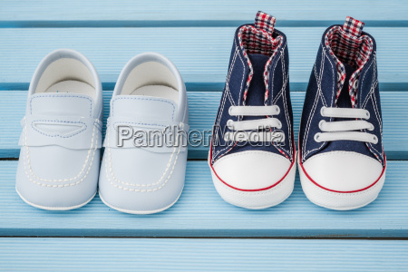par de zapatillas de bebe azul