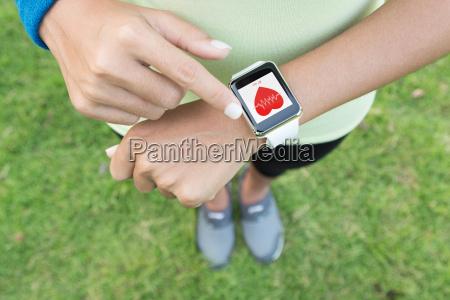 deporte mujer toque en mano reloj