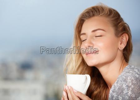 disfrutando del cafe de la manyana