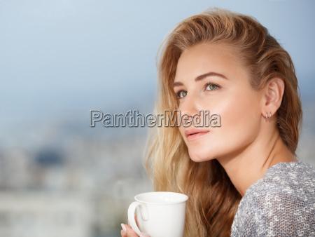 te beber bebida relajacion femenino disfrutar