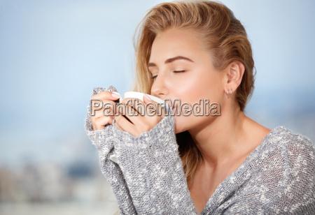 hembra tomando cafe por la manyana
