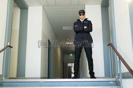 guardia de seguridad de pie en