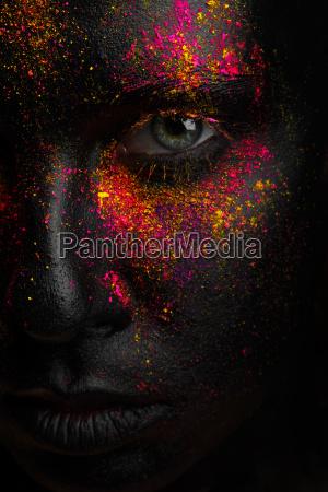 arte creativo maquillaje negro con colores