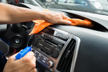 hombre trabajador limpieza coche salpicadero