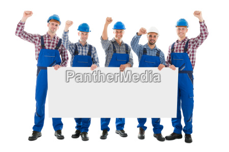 carpinteros masculinos con los brazos levantados