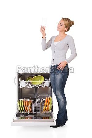 mujer mirando el vidrio limpio mientras