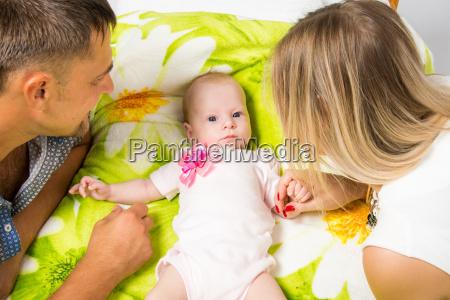 mama y papa estan mirando a