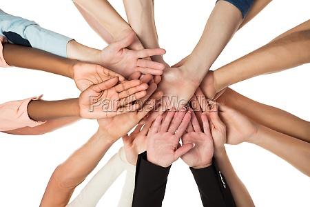 equipo de negocio creativo apilando manos