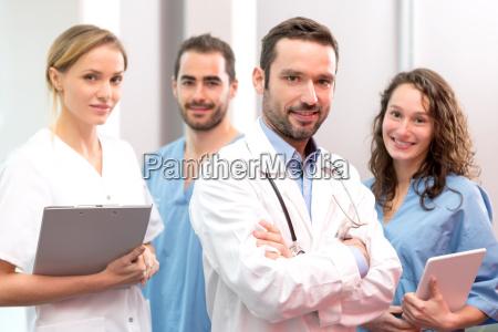 medicinsk team arbejder pa hospitalet sammen