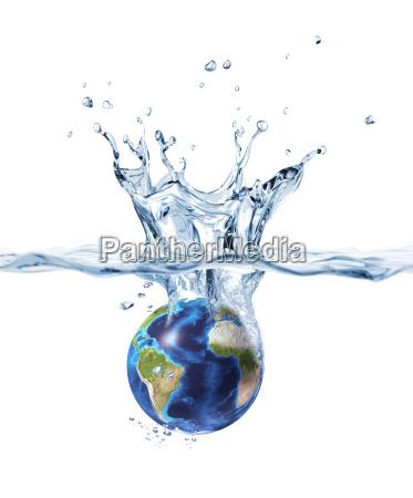 planeta tierra salpicando en el agua